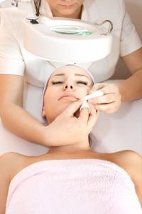 фотография пациента во время ультразвуковой чистки кожи